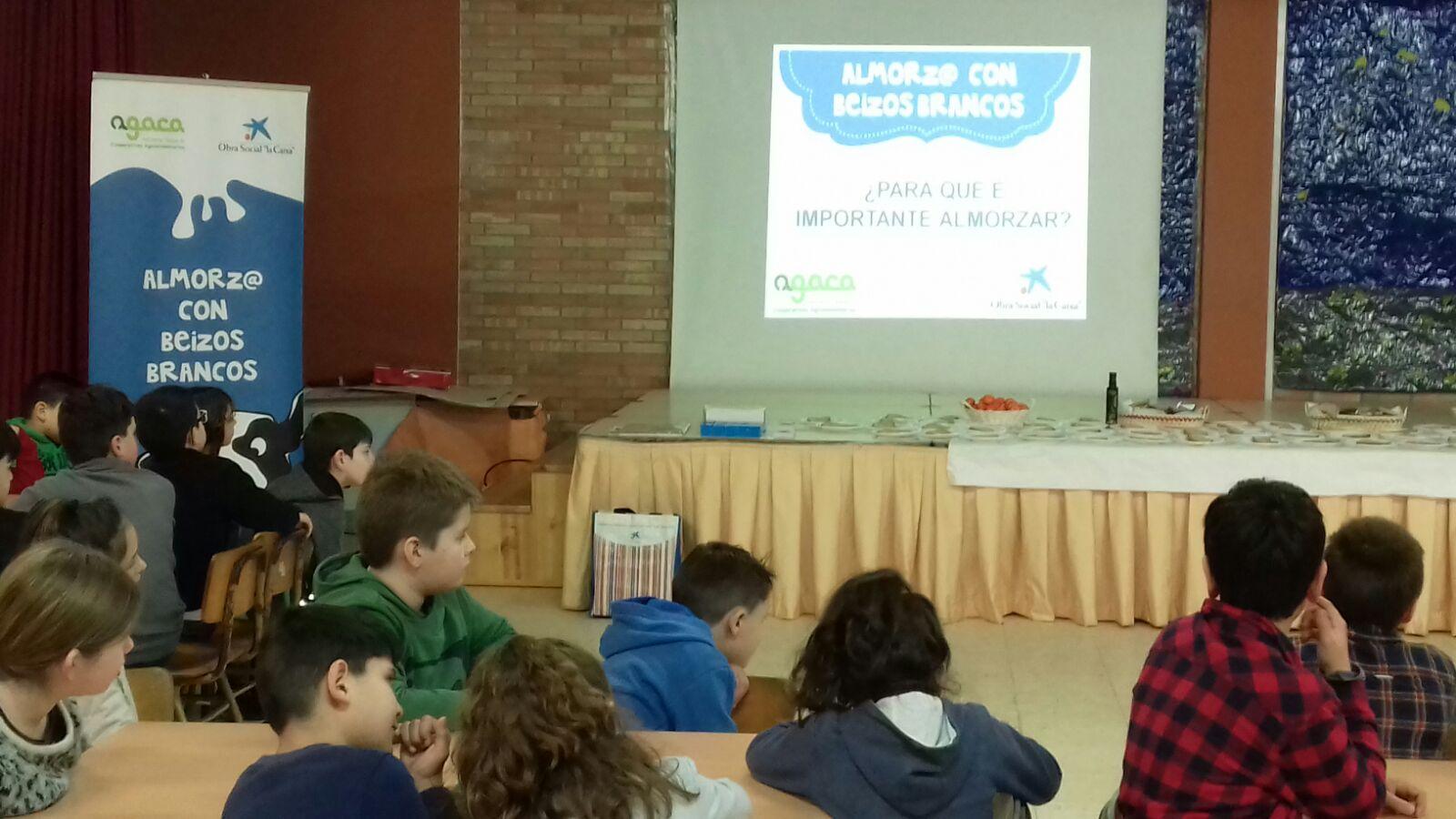 """Estudiantes de Castrelo aprendieron a desayunar sano con  AGACa y Obra Social """"la Caixa"""""""